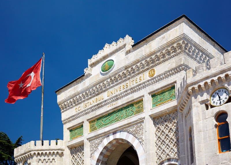 A porta da entrada principal da universidade de Istambul no quadrado de Beyazıt, é fotos de stock