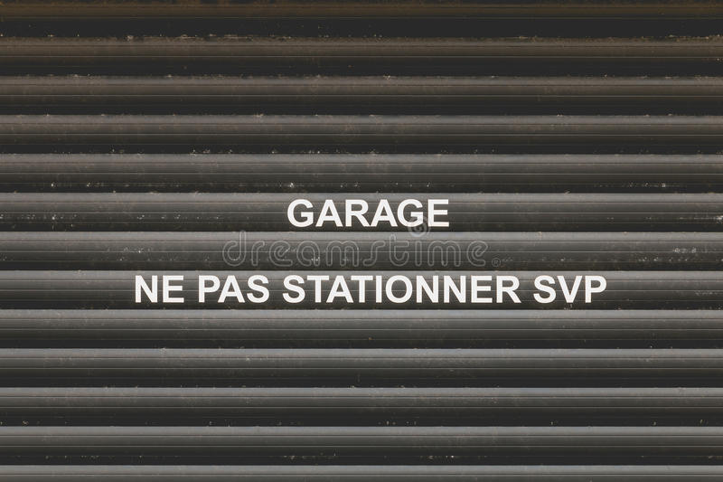 Porta da garagem com a menção em francês imagens de stock royalty free