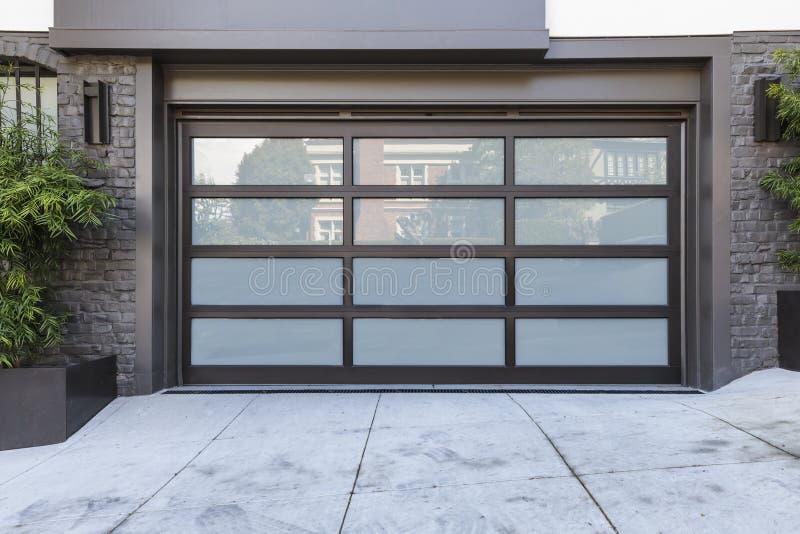 porta da garagem de 2 carros com vidro geado fotografia de stock