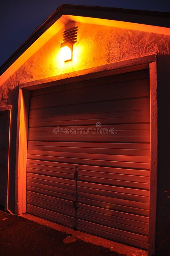 Porta da garagem na noite fotografia de stock royalty free