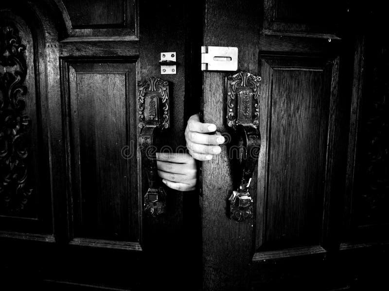 2 a porta da mão escura imagem de stock