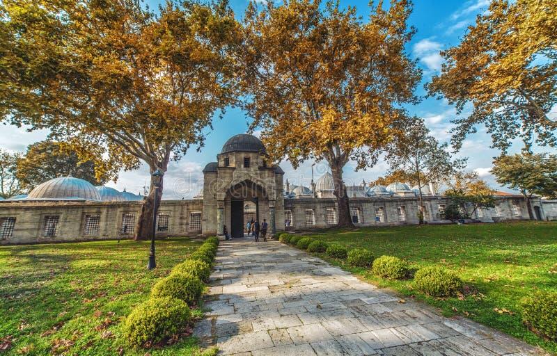 A porta da mesquita de Suleymaniye e do jardim foto de stock royalty free
