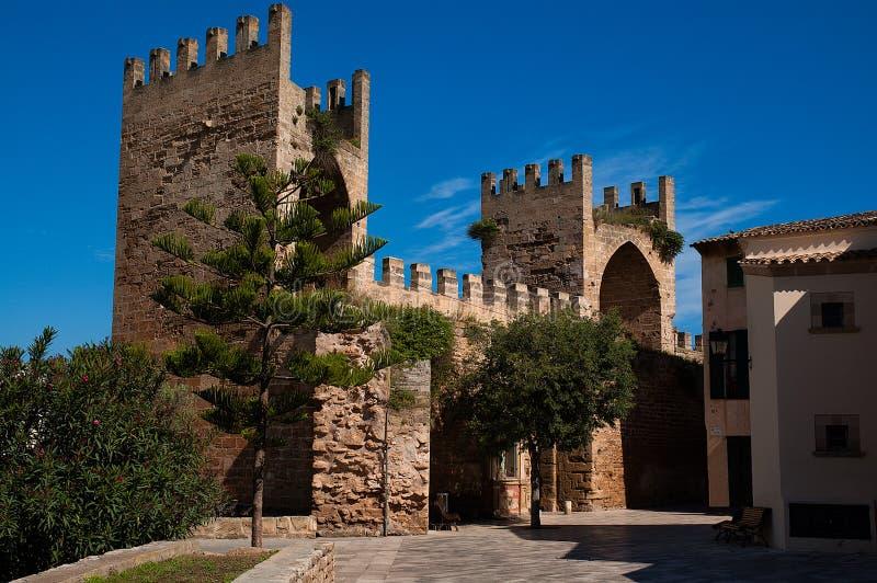 Porta da parede da cidade de Alcudia imagem de stock