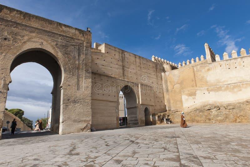 Porta da parede em Fes, Marocco foto de stock