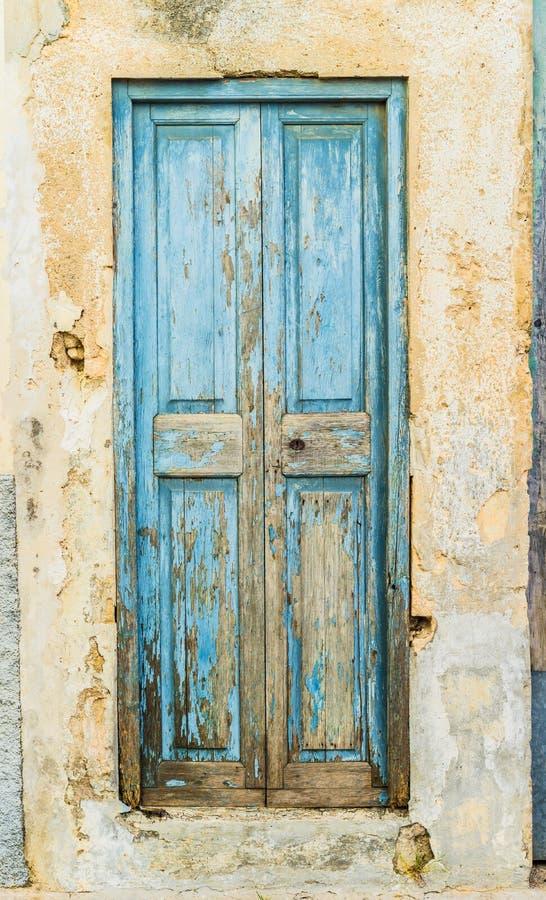 Porta da rua azul antiga de uma casa velha fotografia de stock royalty free