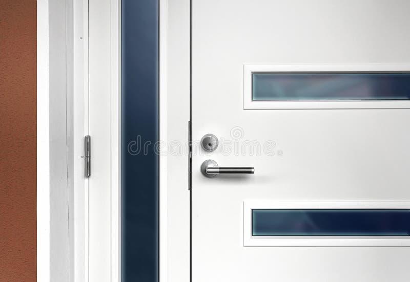 Porta da rua branca moderna com punho fotos de stock