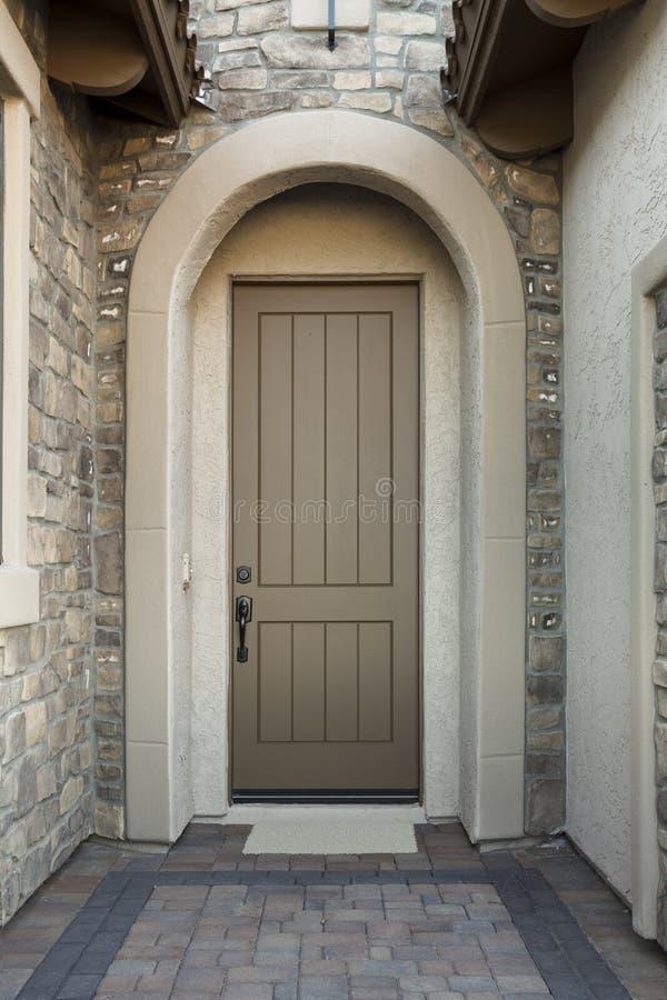 Porta da rua com exterior da pedra imagem de stock