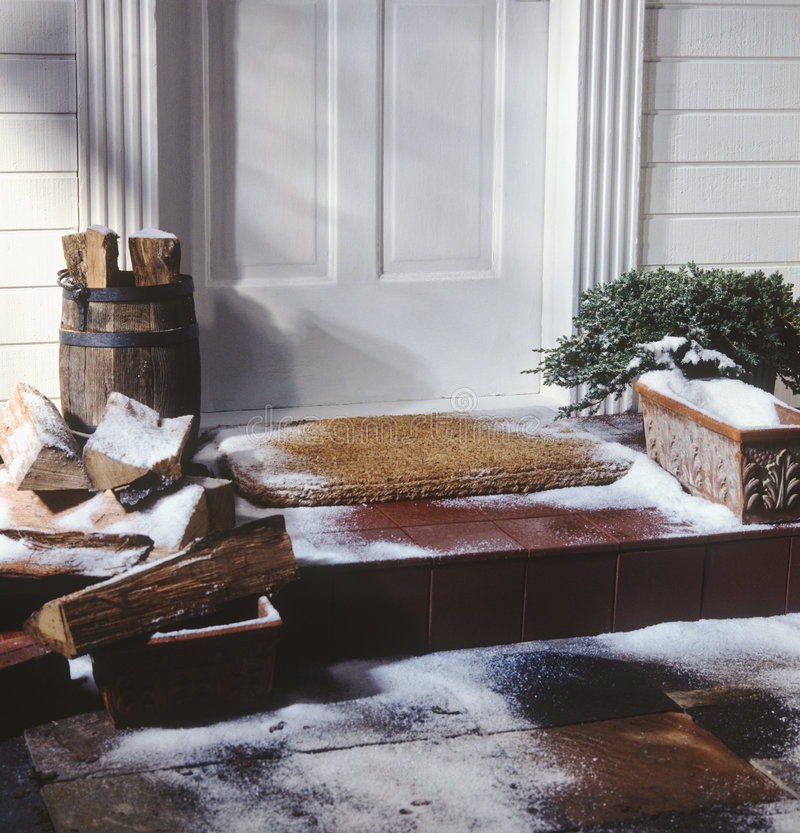 Porta da rua da casa no inverno foto de stock royalty free