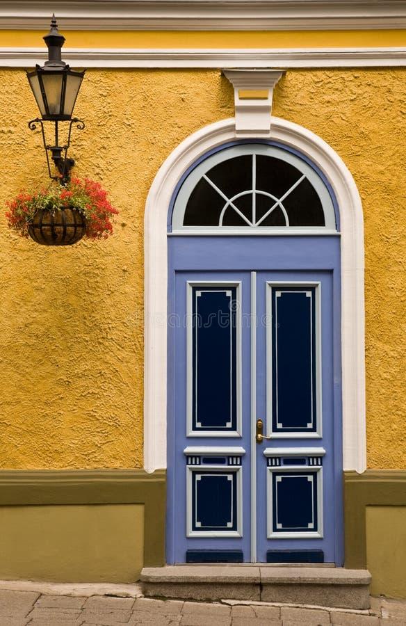 Porta da rua da cor de Tallinn foto de stock royalty free