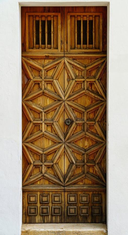 Porta da rua de madeira resistida com decoração ornamentado foto de stock