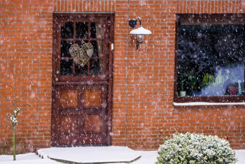 Porta da rua de uma casa holandesa moderna durante a estação do inverno, tempo nevado nos Países Baixos fotografia de stock royalty free