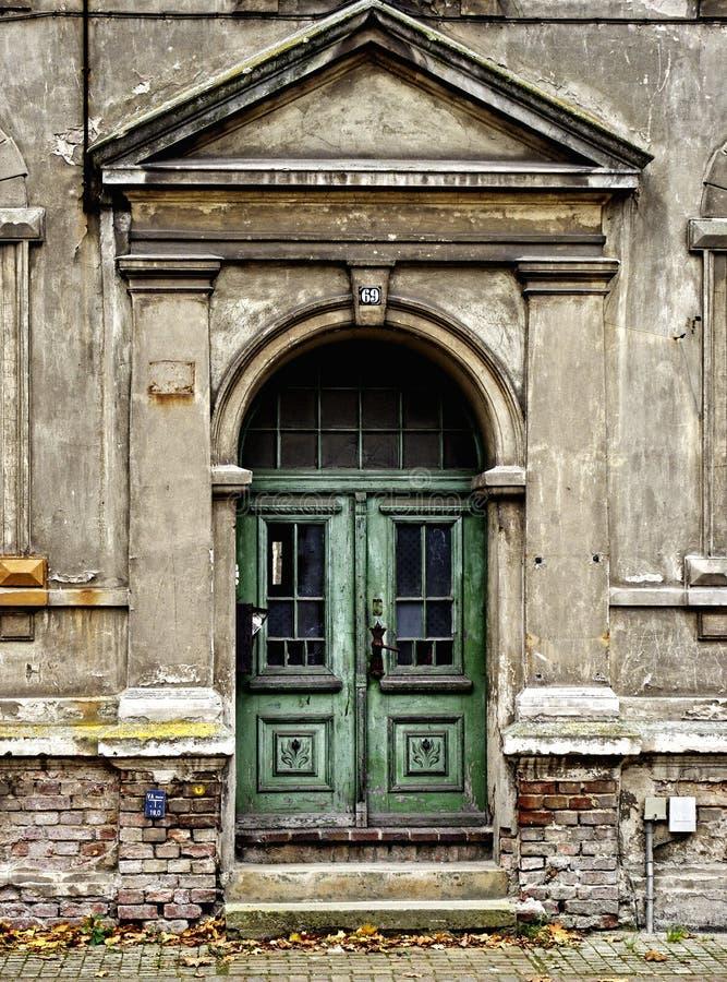 Porta da rua deteriorada fotografia de stock