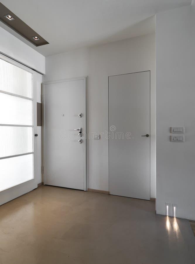 Porta da rua fechada na entrada de um apartamento imagens de stock
