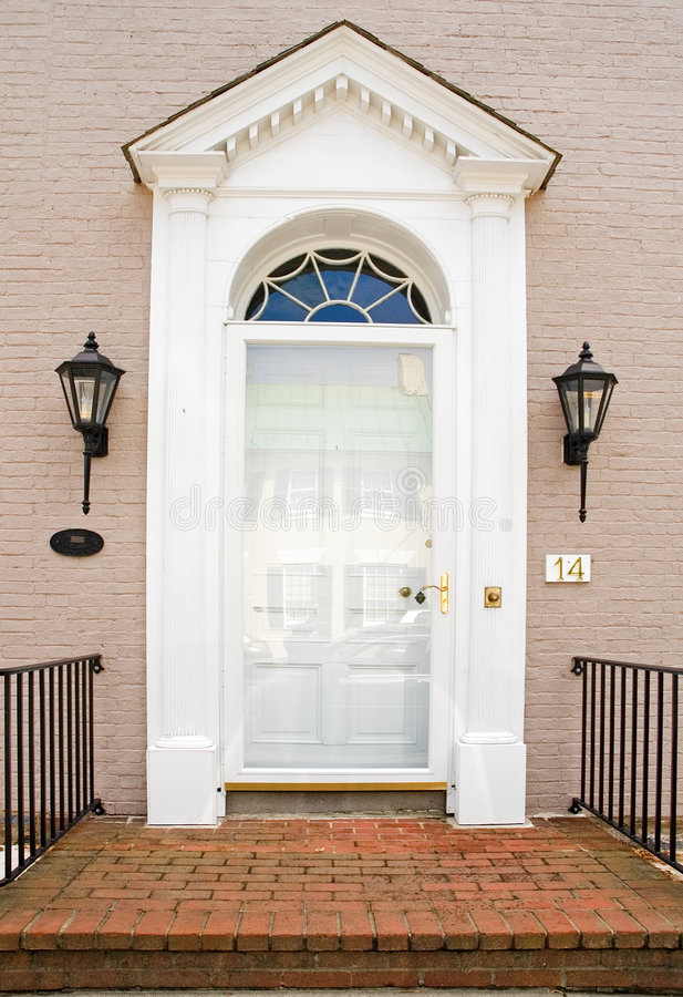 Porta da rua Georgian da casa do tijolo foto de stock royalty free