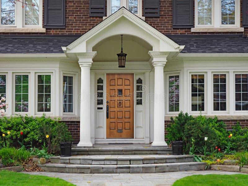 Porta da rua da grande casa suburbana com pórtico de duas águas imagem de stock royalty free