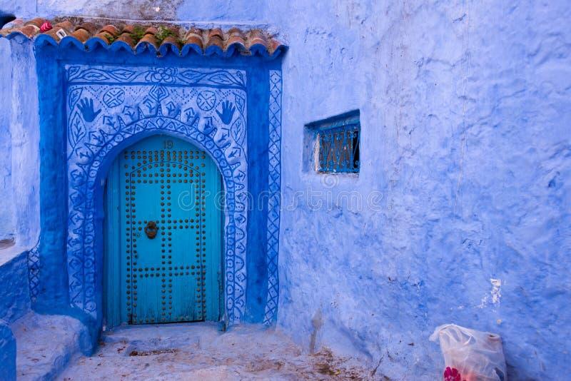 A porta da rua na cidade azul chefchaouen imagens de stock royalty free