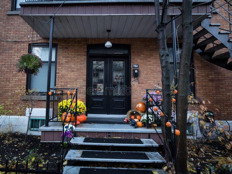 Porta da rua norte-americana típica de uma casa suburbana decorada com decoração de Dia das Bruxas imagens de stock royalty free