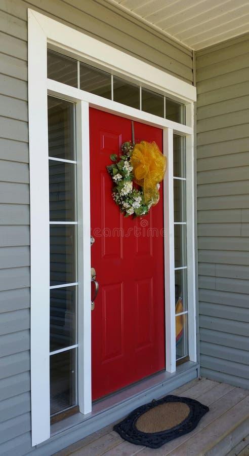 Porta da rua vermelha imagem de stock royalty free