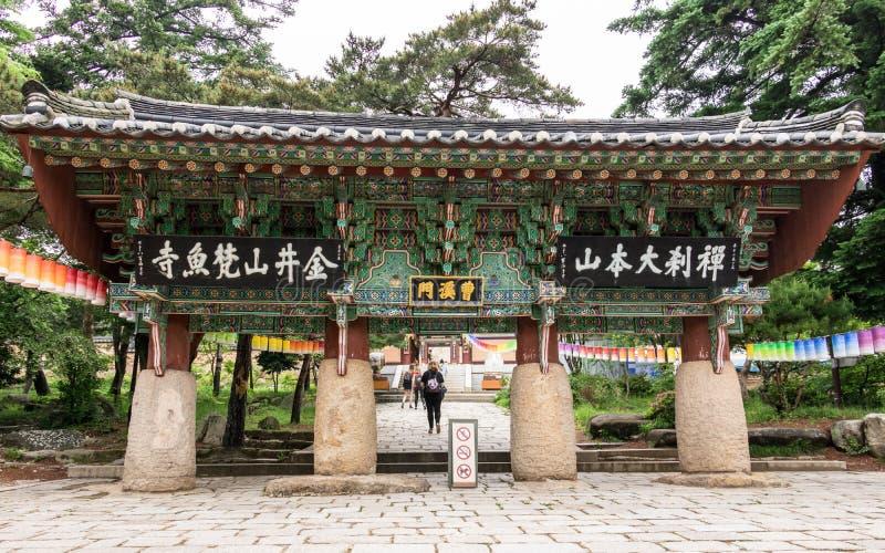 Porta da Um-coluna, primeira porta Iljumun da entrada, do templo budista coreano Beomeosa em um dia nevoento Localizado em Geumje imagem de stock royalty free