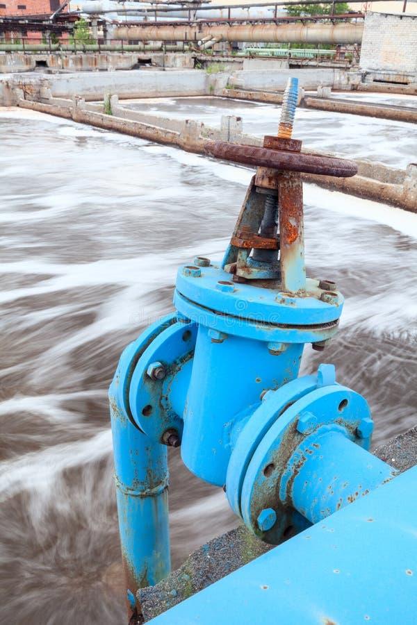 Porta da válvula com o encanamento azul para o oxigênio que funde na água de esgoto imagens de stock royalty free