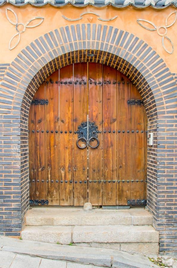 A porta da vila. imagens de stock royalty free