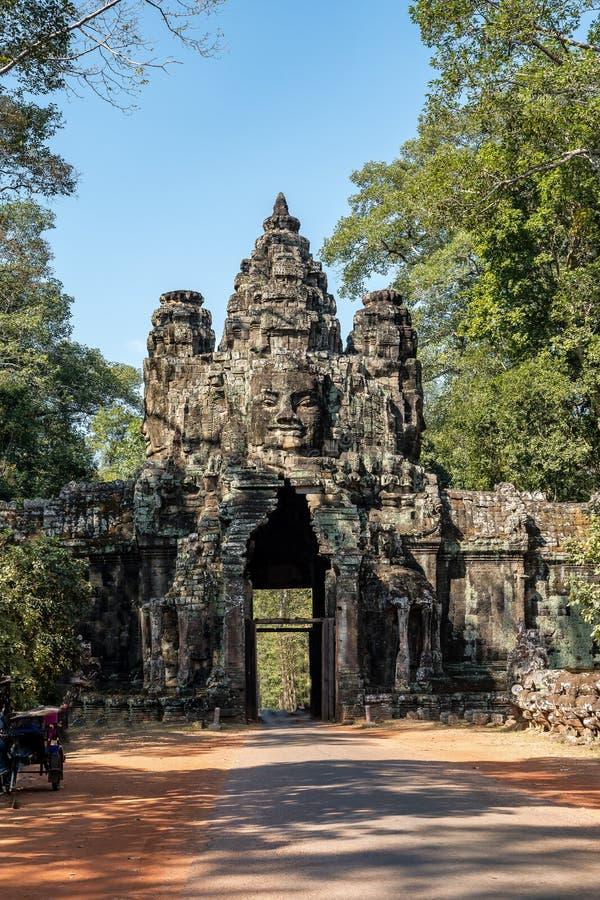 Porta da vit?ria de Angkor Thom em Siem Reap, Camboja fotos de stock