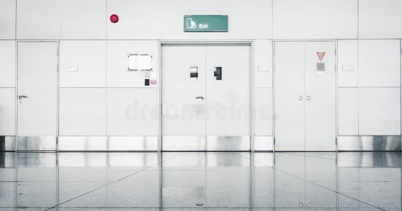 Porta das seguranças e sistema de proteção contra incêndios de aço no termo do aeroporto fotografia de stock