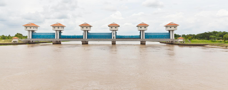 A porta de água do rio de BangPaKong foto de stock