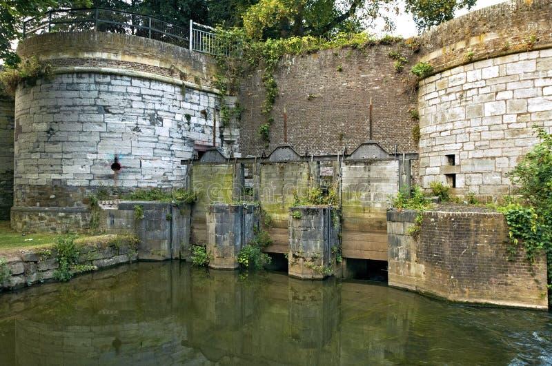 Porta de água holandesa medieval de Feder em Maastricht foto de stock