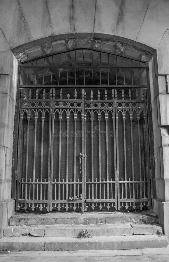 Porta de aço cinzenta da estrutura sob a ponte imagens de stock