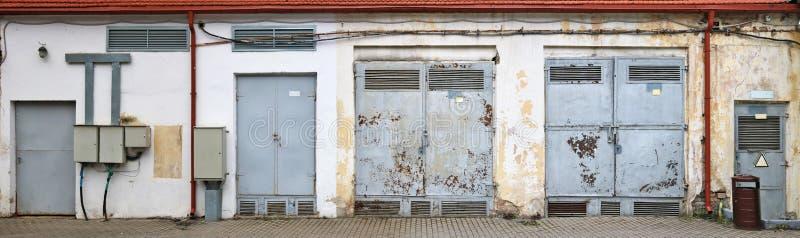 Porta de aço oxidada do vinage de transformadores bondes fotografia de stock royalty free