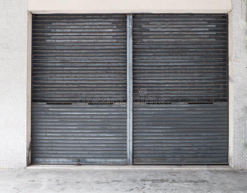 Porta de aço rolada com oxidação na porta fotos de stock royalty free