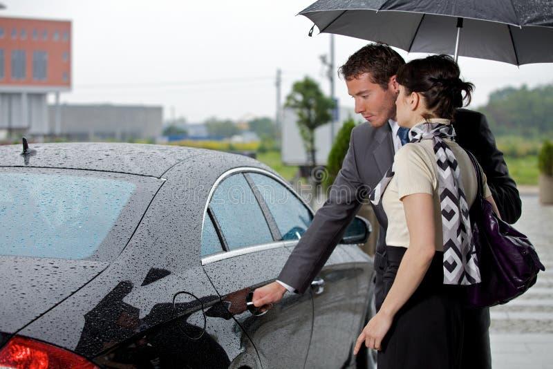 Porta de abertura do homem novo do carro para a mulher fotos de stock royalty free