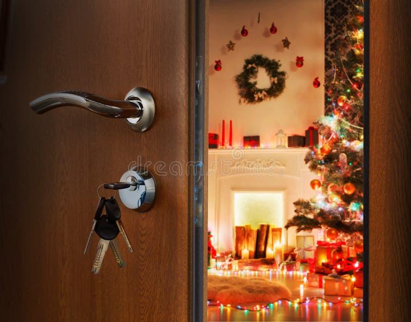 Porta de abertura na sala do Natal, boa vinda ao feriado imagem de stock