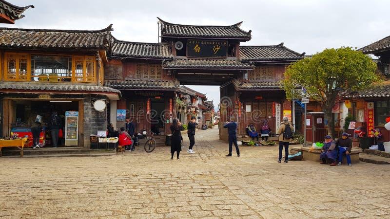 Porta de acesso da vila de Baisha, Lijiang, Yunnan, China foto de stock