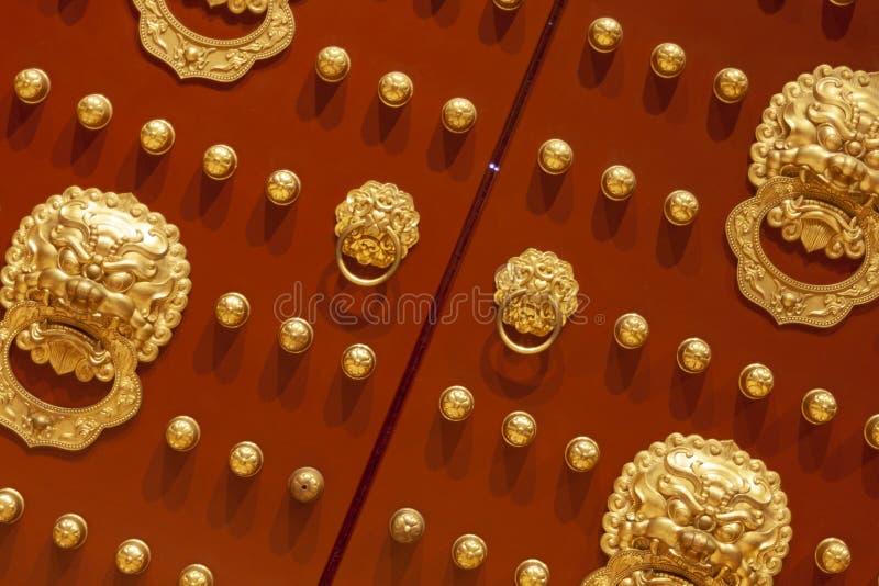 Porta de anel principal da curvatura do leão de cobre chinês do prego dos vermelhões do céu de luoyang imagens de stock royalty free