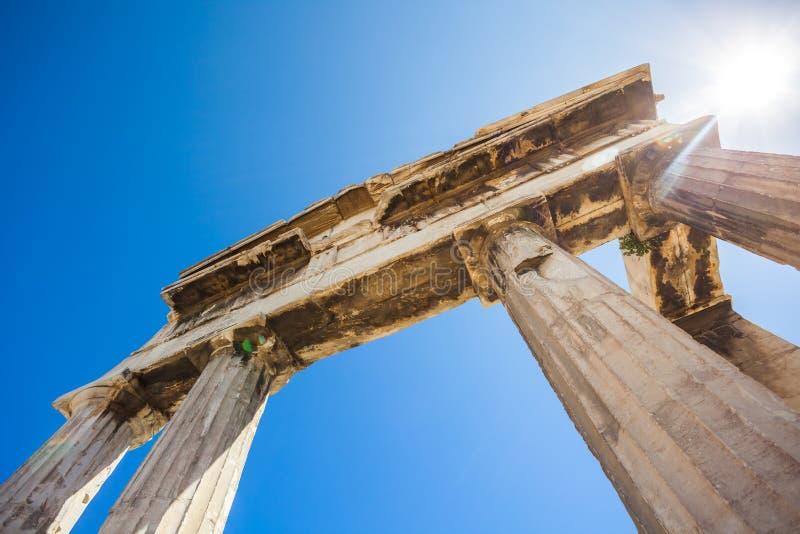Porta de Athena Archegetis abaixo da acrópole de Atenas, Grécia foto de stock