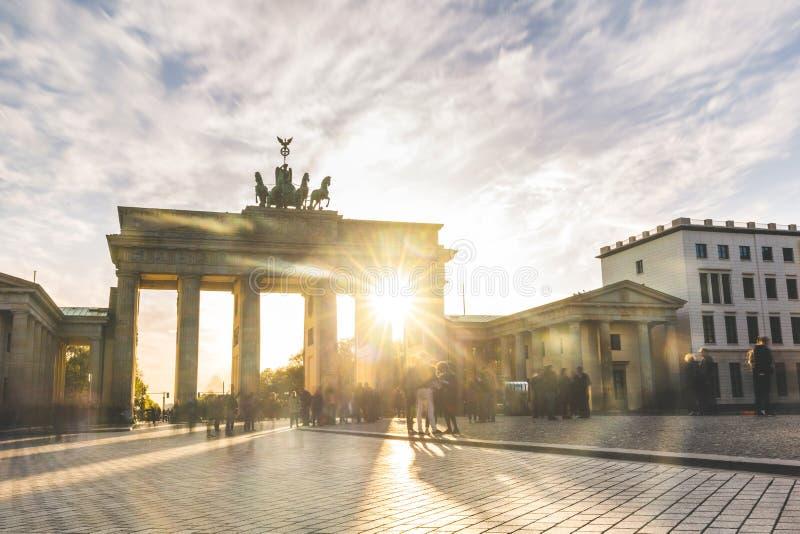 Porta de Berlin Brandenburg no por do sol, exposição longa fotos de stock royalty free