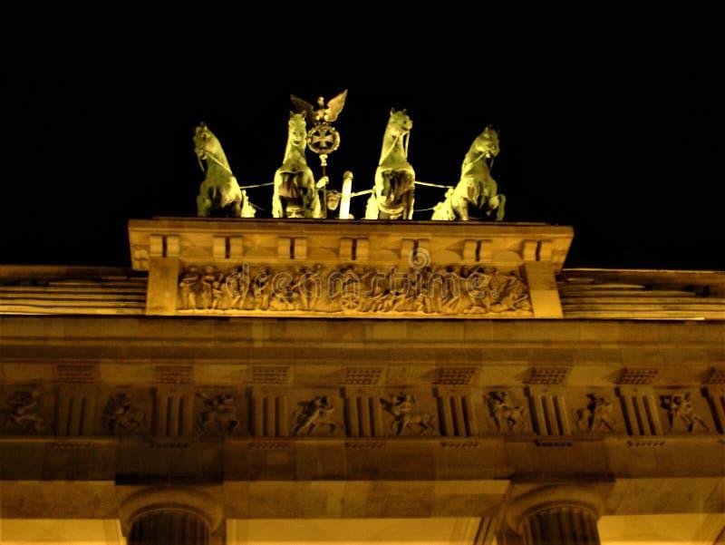 A porta de Brandebourg em Berlim Detalhes, noite e luz imagens de stock royalty free
