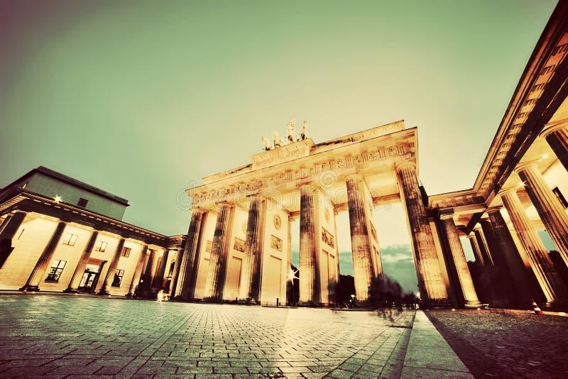 Porta de Brandemburgo, Berlim, Alemanha na noite foto de stock royalty free