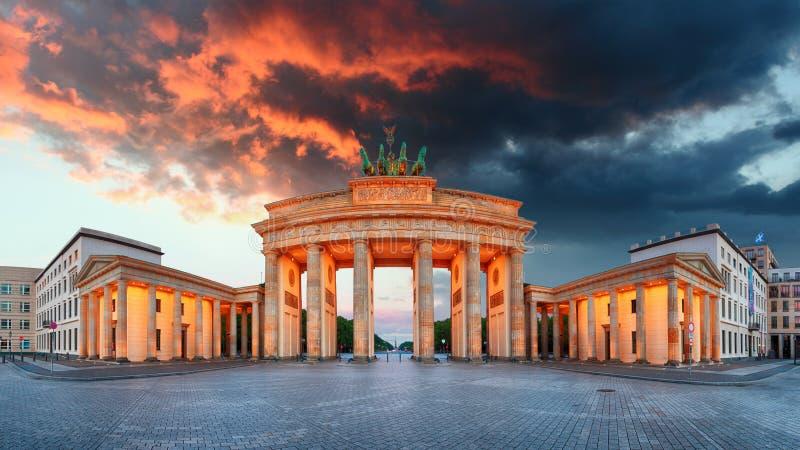 Porta de Brandemburgo, Berlim, Alemanha - panorama imagem de stock royalty free