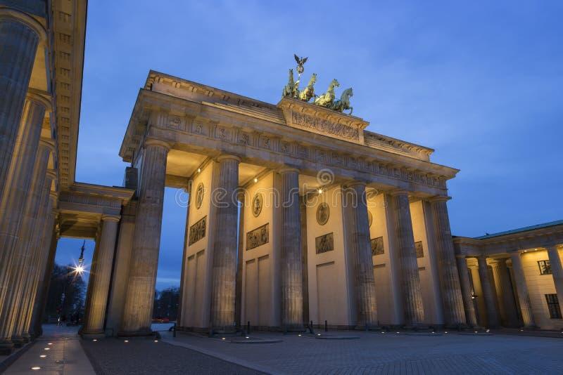 Porta de Brandemburgo do Lit em Berlim no crepúsculo imagem de stock royalty free