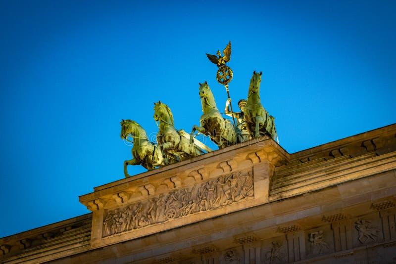 Porta de Brandemburgo histórica em Berlim no por do sol fotos de stock