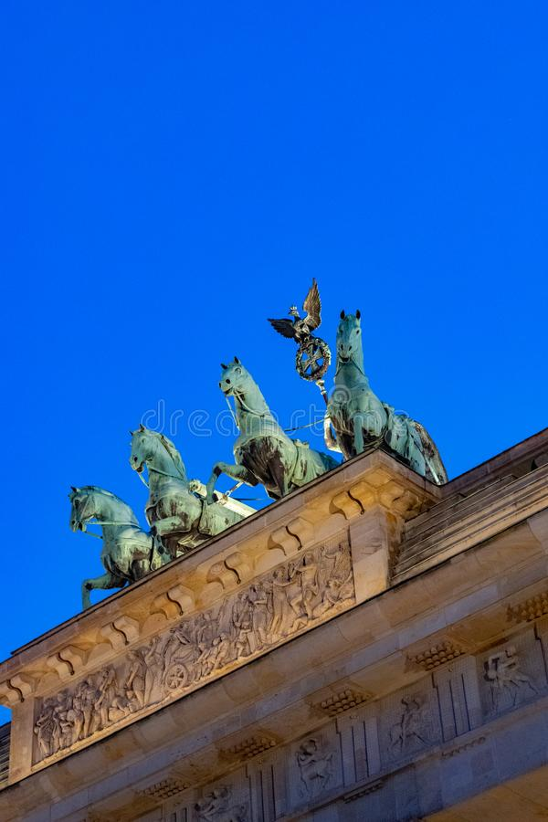 Porta de Brandemburgo histórica em Berlim no por do sol imagens de stock royalty free