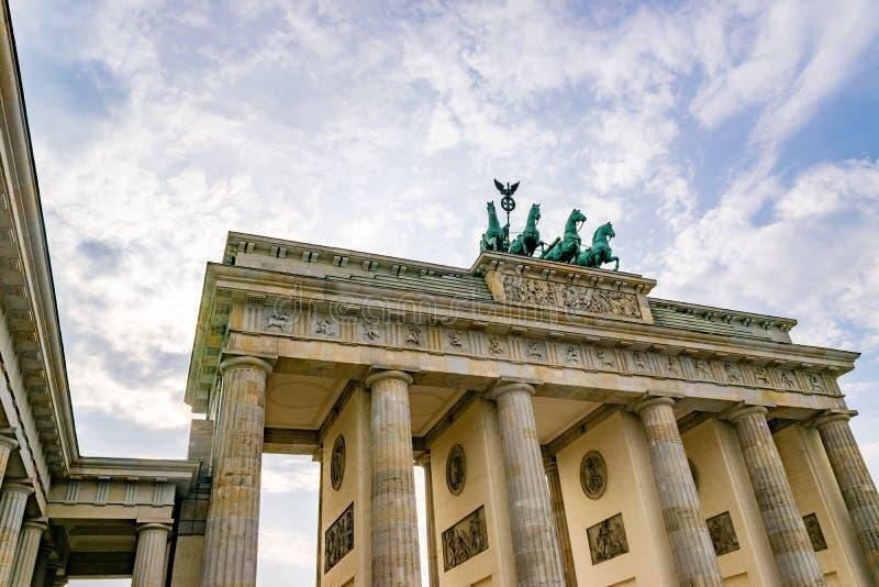 Porta de Brandemburgo histórica em Berlim em um dia nebuloso imagem de stock royalty free
