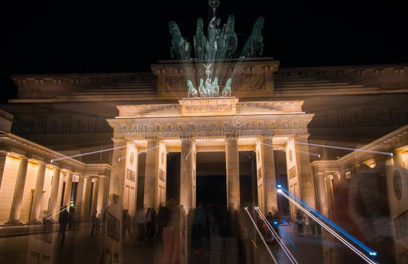 Porta de Brandemburgo histórica iluminada na noite fotos de stock
