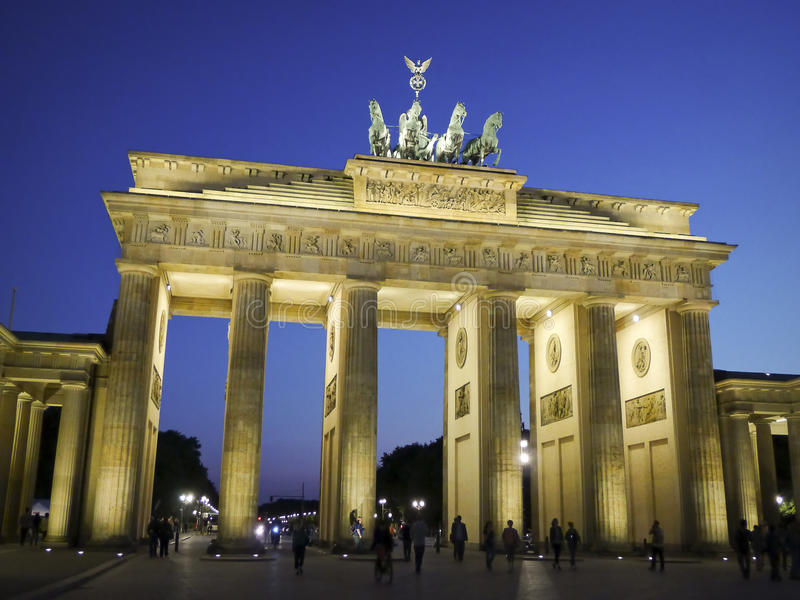 Porta de Brandemburgo no crepúsculo Berlim imagem de stock