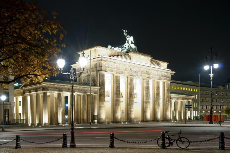 Porta de Brandenburger em Berlim na noite imagem de stock