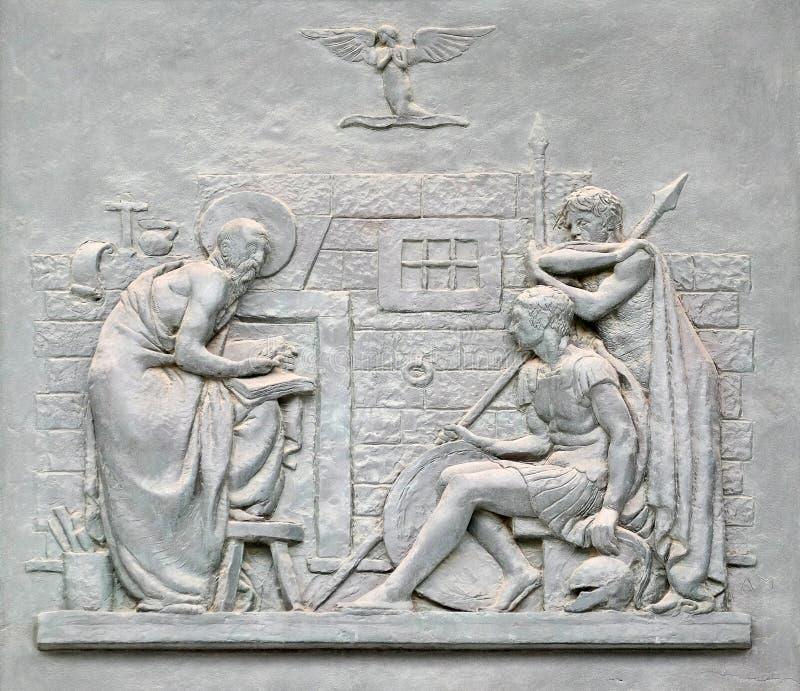 Porta de bronze com a imagem da vida de St Paul: A conversão do Centurion foto de stock