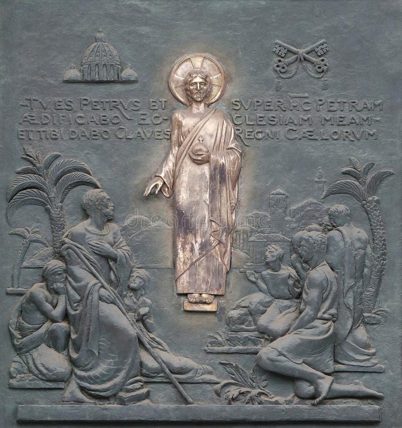 Porta de bronze com a imagem da vida de St Peter: Cristo que dá as chaves a St Peter fotos de stock royalty free